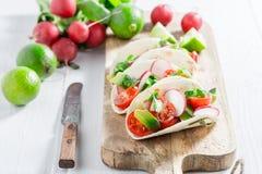 Smakelijke taco's met verse groenten en kalk Royalty-vrije Stock Afbeeldingen
