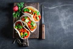 Smakelijke taco's met vlees en kruidige tomatensaus Royalty-vrije Stock Afbeelding