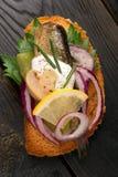 Smakelijke tapas met vissen en ui Stock Afbeeldingen