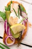 Smakelijke tapas met vissen en ui Stock Foto