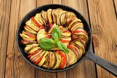 Smakelijke vegetarische die ratatouille van aubergines, pompoen, tomaten wordt gemaakt Stock Foto