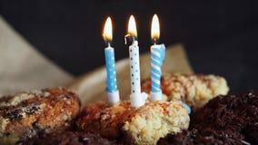 Smakelijke verjaardag cupcake met kaars, op grijze achtergrond stock footage