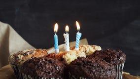 Smakelijke verjaardag cupcake met kaars, op grijze achtergrond stock videobeelden