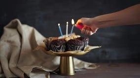 Smakelijke verjaardag cupcake met kaars, op grijze achtergrond stock video