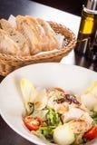 Smakelijke verse caesar salade met geroosterde kip en parmezaanse kaas stock foto