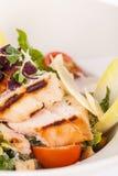 Smakelijke verse caesar salade met geroosterde kip en parmezaanse kaas royalty-vrije stock afbeelding