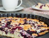 Smakelijke cake met bevroren bessen Stock Foto