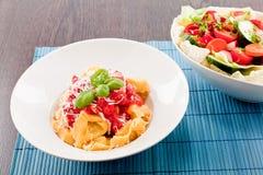 Smakelijke verse eigengemaakte ravioli en tomatensaus Stock Afbeelding