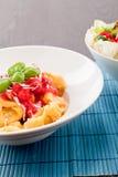 Smakelijke verse eigengemaakte ravioli en tomatensaus Stock Fotografie