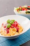 Smakelijke verse eigengemaakte ravioli en tomatensaus Royalty-vrije Stock Foto's