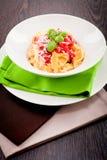 Smakelijke verse eigengemaakte ravioli en tomatensaus Stock Foto