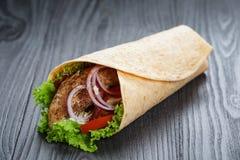 Smakelijke verse omslagsandwich met kip en groenten Stock Afbeeldingen