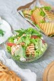 Smakelijke smakelijke verse salade met kip, tomaten, komkommers en kaasparmezaanse kaas in kom royalty-vrije stock fotografie