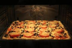 Smakelijke vierkante pizza in de oven Royalty-vrije Stock Foto