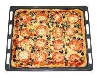 Smakelijke vierkante pizza met groenten op een bakselpan Royalty-vrije Stock Afbeeldingen