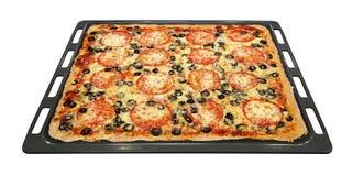 Smakelijke vierkante pizza met groenten op een bakselpan Royalty-vrije Stock Foto's