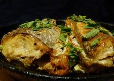 Smakelijke vissen met greens stock foto's