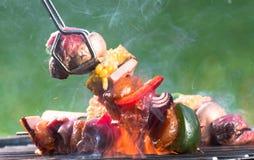 Smakelijke vleespennen op de grill Royalty-vrije Stock Foto's