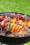 Smakelijke vleespennen op de grill Royalty-vrije Stock Afbeeldingen