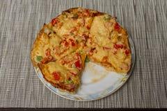Smakelijke vleespizza op de plaat Royalty-vrije Stock Foto's