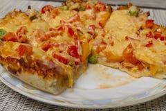 Smakelijke vleespizza op plaat dichte omhooggaand Royalty-vrije Stock Afbeeldingen
