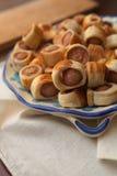 Smakelijke vlokkige gebakjes Stock Afbeeldingen