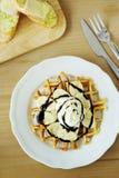 Smakelijke wafel met banaanplakken Royalty-vrije Stock Foto