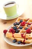 Smakelijke wafel met vruchten Stock Afbeeldingen