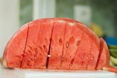 Smakelijke watermeloenplakken thuis stock afbeeldingen