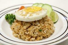 Zalm gebraden rijst en ei op bovenkant Royalty-vrije Stock Foto