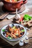 Smakelijke zeevruchtensoep met garnalen en mosselen royalty-vrije stock foto