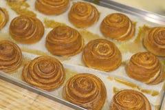 Smakelijke zoete gebakjes op het bakselblad stock foto's
