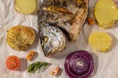 Smaklig bakad fisk på bakningpapper Arkivbild