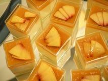 Smaklig blandning av efterrätten med frukter arkivfoto