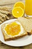 Smaklig breackfast med rostat bröd och marmelade bordlägger på Arkivfoto