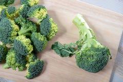 Smaklig broccoli på träbräde Royaltyfria Bilder