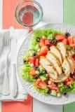 Smaklig Caesar sallad med oliv, tomater och grönsallat royaltyfri foto