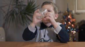 Smaklig drink för ungeavslutningdrink hemma arkivfilmer