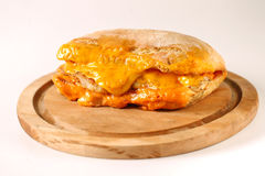 Smaklig feg biffsmörgås i en ciabatta med cheddarost Royaltyfria Foton
