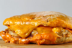 Smaklig feg biffsmörgås i en ciabatta med cheddarost Royaltyfri Bild