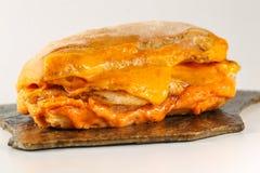 Smaklig feg biffsmörgås i en ciabatta med cheddarost Arkivfoto