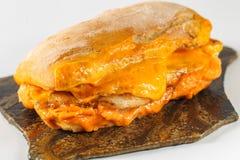 Smaklig feg biffsmörgås i en ciabatta med cheddarost Royaltyfri Fotografi