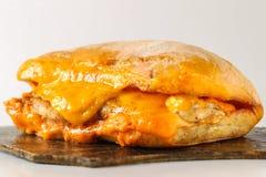 Smaklig feg biffsmörgås i en ciabatta med cheddarost Fotografering för Bildbyråer