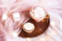 Smaklig frukost i sängcloseup Royaltyfria Foton