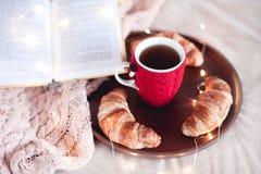 Smaklig frukost i sängcloseup Royaltyfri Foto
