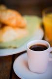 Smaklig frukost: kaffe med giffel, orange fruktsaft och driftstopp på w Royaltyfri Bild