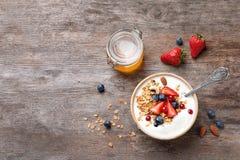 Smaklig frukost med yoghurt, bär och granola arkivbilder