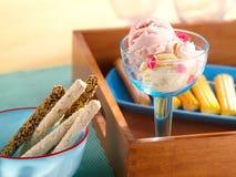 Smaklig glass och kakor Arkivbild