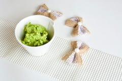 Smaklig grön avokadokokosnötsås fotografering för bildbyråer
