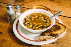 Smaklig grönsaksoppa med rostade bröd på tabellen Royaltyfri Bild